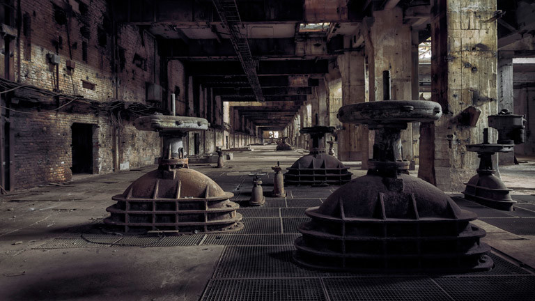 Eine alte, zerfallene Industrieanlage