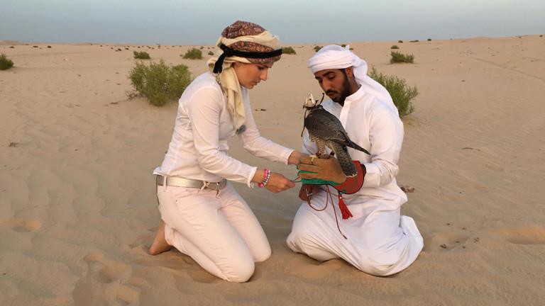 Laura Wrede beim Falkentraining in Abu Dhabi