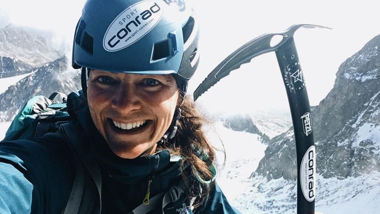 Ana Zirner mit Helm und Eispickel