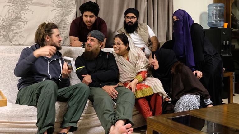 Leo und Sebastian zu Besuch bei einer Familie in Islamabad