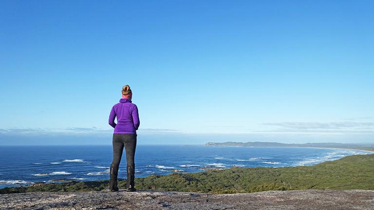 Kathrin Heckmann blickt über die australische Küste