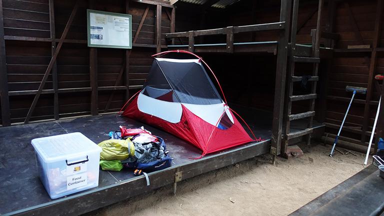 Kathrin Heckmanns Zelt in einer Schutzhütte aufgebaut