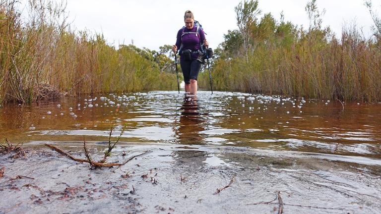 Kathrin Heckmann watet durch Wasser