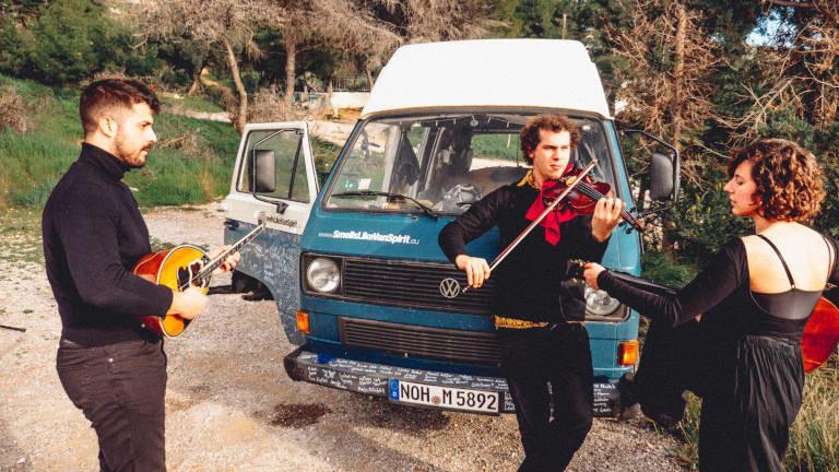 Musiker vor dem VW-Bus von Marten Berger