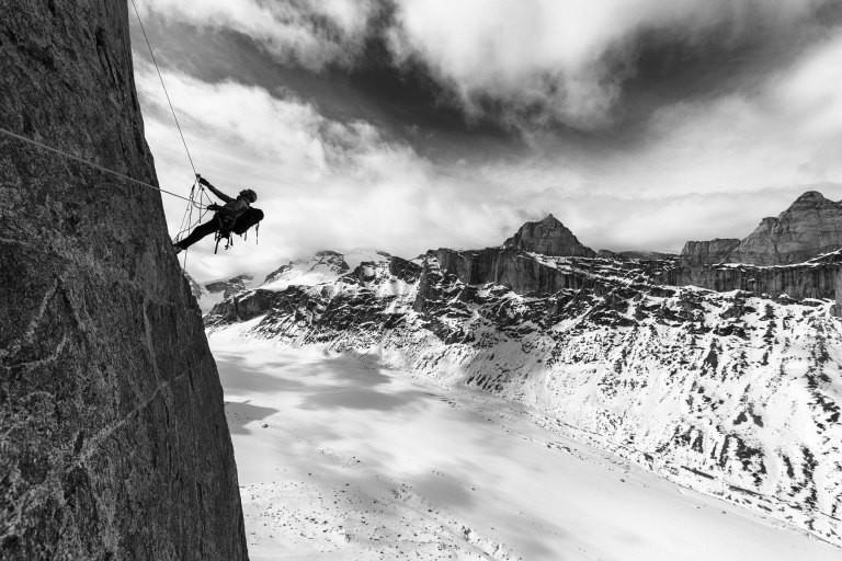Ein Kletterer an einer Felswand
