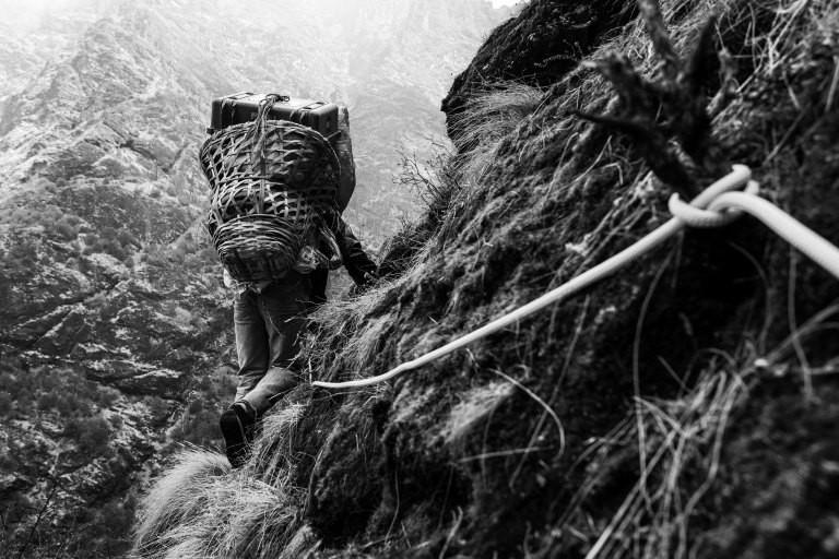 Ein Bergsteiger in einer Felswand