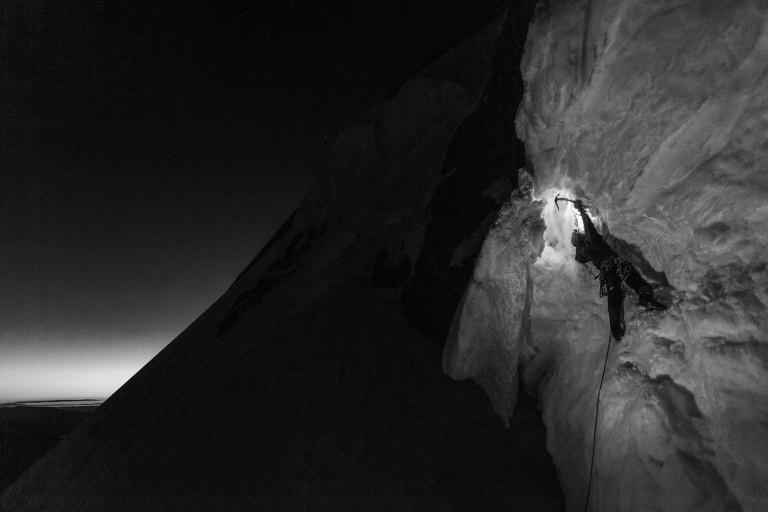 Ein Kletterer in einem Gletscher