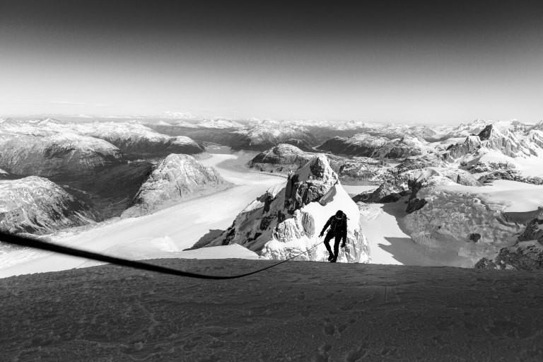 Ein Bergsteiger auf einem Gletscher