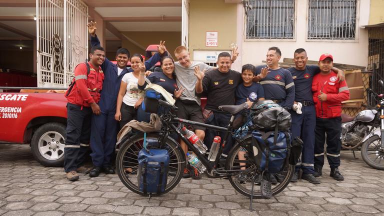 Jan Hörster wurde in vielen Feuerwehrstationen zum Übernachten eingeladen, wie hier in Ecuador.