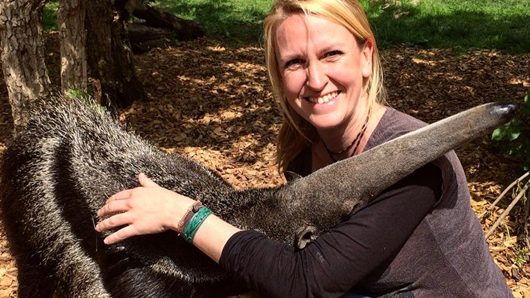 Lydia Möcklinghoff mit Ameisenbär