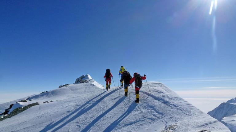 Weiße Berge, blauer Himmel - auf dem Gipfel.