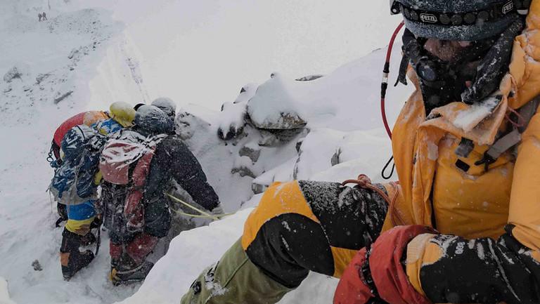Julia Schultz auf dem Weg zum Mount Everest, durch Eis und Schnee.