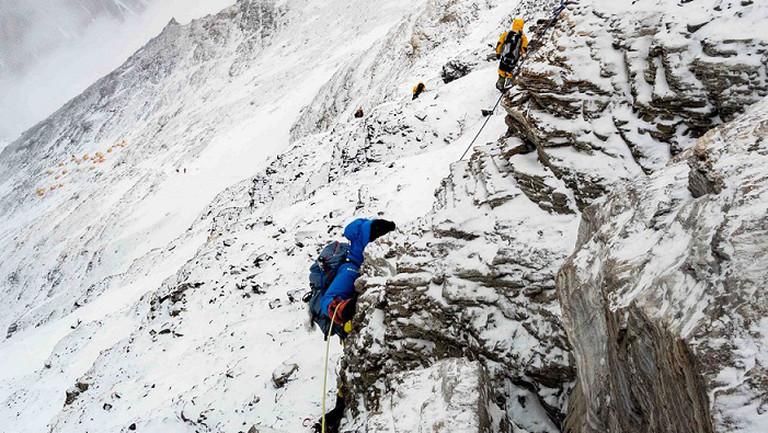 Angeseilt die Felsen hochklettern, Julia Schultz auf dem Weg zum Mount Everest.
