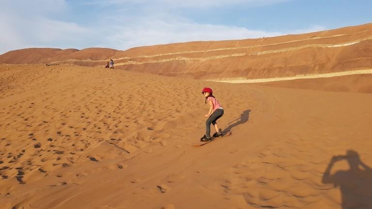 Beim Sandboarding in der Atacama-Wüste