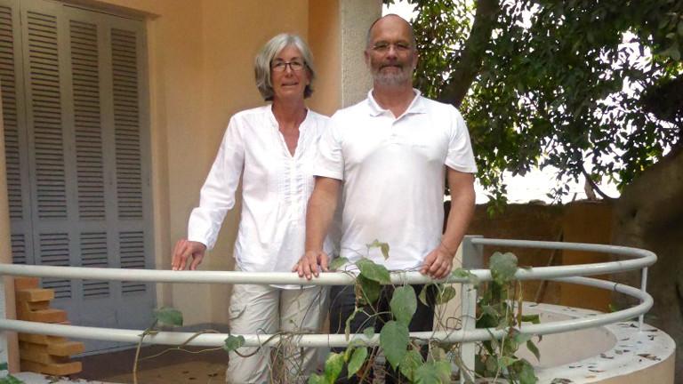 Karin Streicher und  Markus Schildhauer vor dem Seemannsheim in Alexandria.