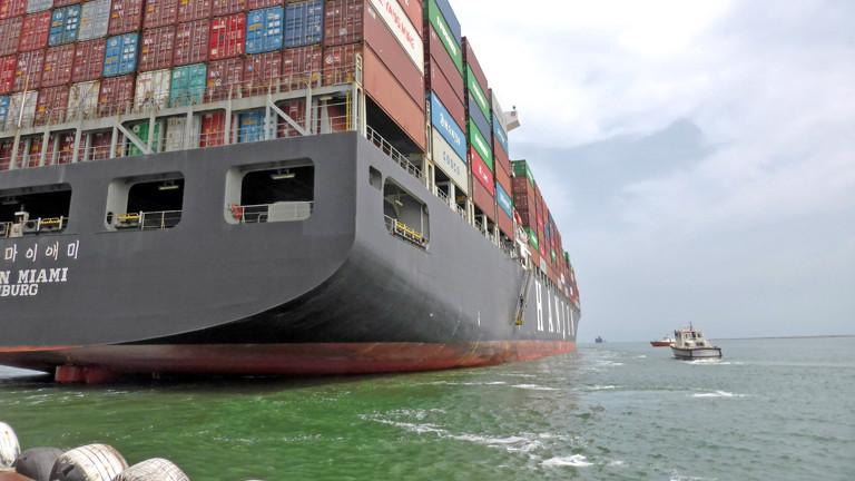Markus Schildhauer betreut die Besatzung eines Containerschiffs auf dem Suezkanal.