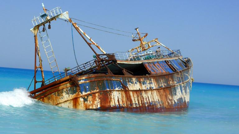 Gestrandetes Flüchtlingsschiff am Strand von Alexandria.