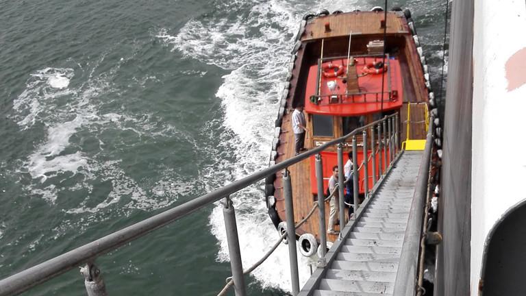 Der Besuch an Bord führt über eine lange Treppe.