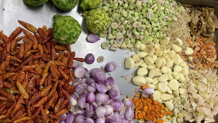Geschnibbelt und geschält: zum Kochen vorbereitetes Gemüse