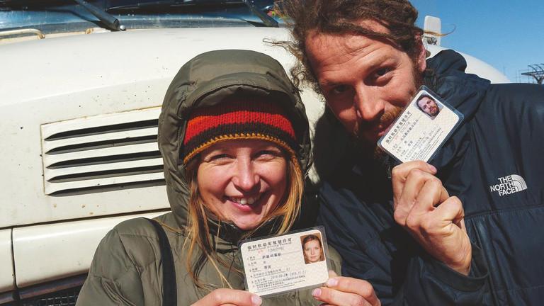 Sabine Hoppe und Thomas Rahn präsentieren stolz ihre chinesischen Führerscheine.