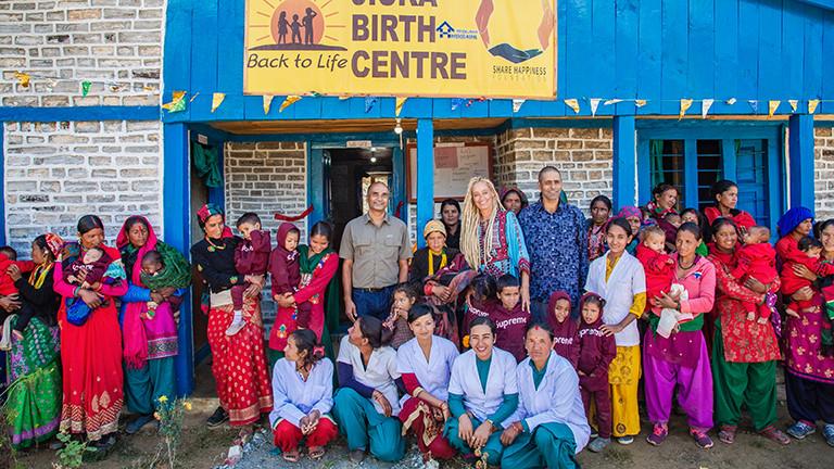 Stella Deetjen mit Einheimischen bei der Einweihung eines Geburtshauses in Nepal.