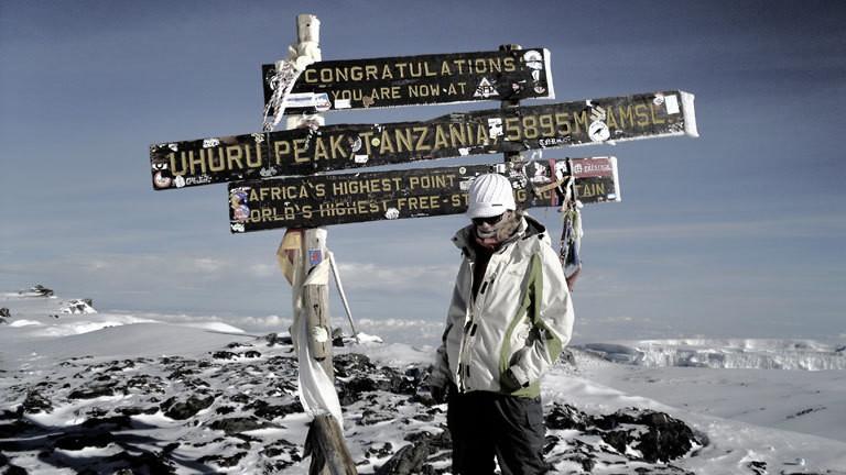 Jennifer McCann am Uhuru Peak auf dem Kilimandscharo