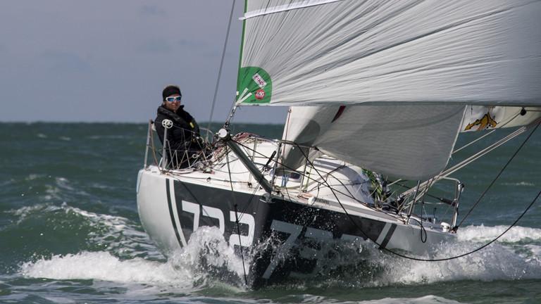 Lina Rixgens auf ihrem Boot nach dem Start in La Rochelle.