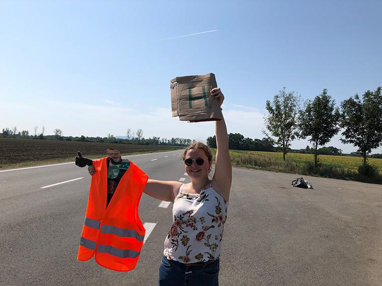 Daumen, Stellvertreter und Schild:  Luisa beim Anhalten