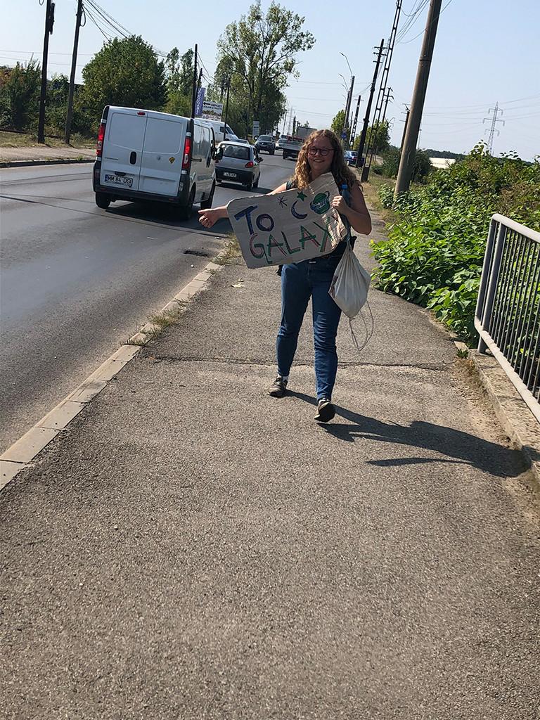 Lächeln und Daumen raus: Luisa auf dem Weg in Richtung Cluj-Napoca