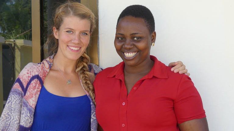 Jennifer McCann und Julieth in Tansania