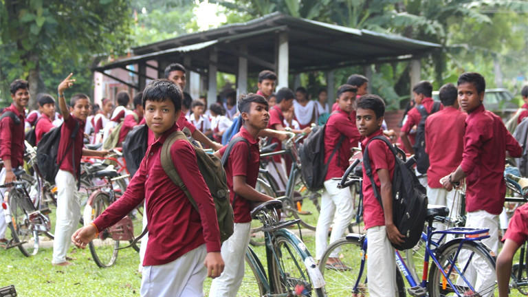 Kinder vor einer Schule in indien