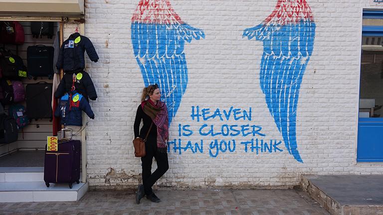 Die Autorin vor einem Mural in Kuwait City