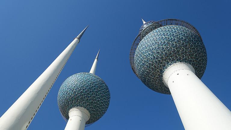 Seit 1979 Wahrzeichen des Landes: die beiden  Wassertürrme in Kuweit und ein Beleuchtungsturm