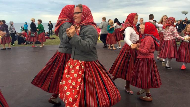 Frauen auf Kinhu mit Schürze sind verheiratet.