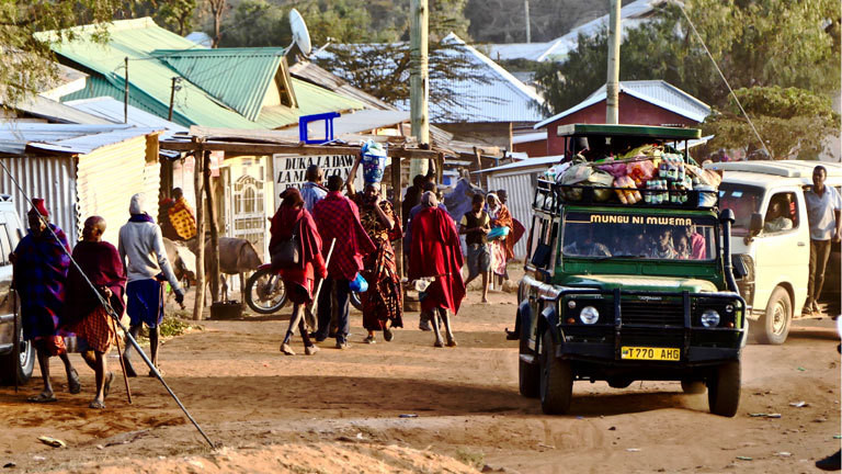 Straßenverkehr in Wasso in Tansania
