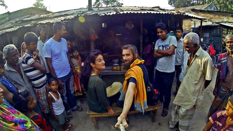 Weltreise: Morten und Rochssare trampen seit fünf Jahren quer durch Asien - hier bei einer Teepause in Bangladesh