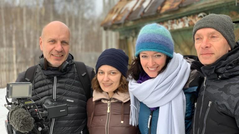 Drehteam und Einheimische mit der Reporterin Julia Finkernagel