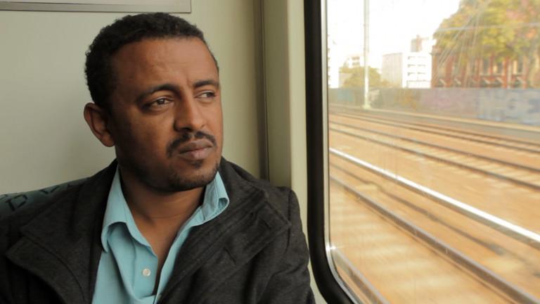 Mann in einem Zug.