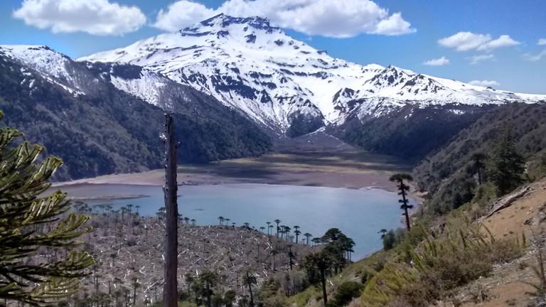 Blick auf einen See und einen mit Schnee bedeckten Berg.
