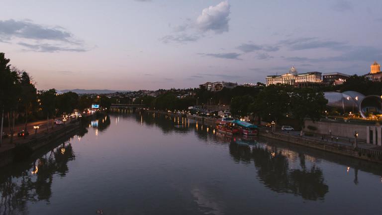 Stadt an einem Fluss bei Nacht