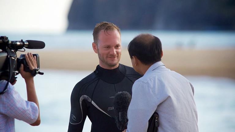 Surfer wird interviewt.