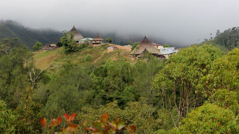 Blick auf einige Hütten in den Bergen Osttimors.