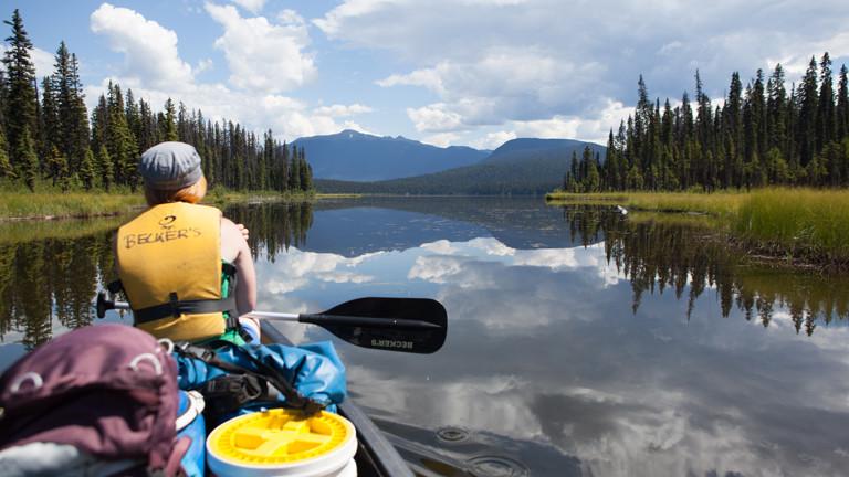 Frau in einem Kanu