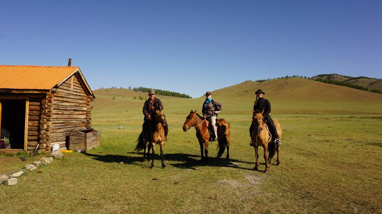 Drei Berittene in der Mongolei