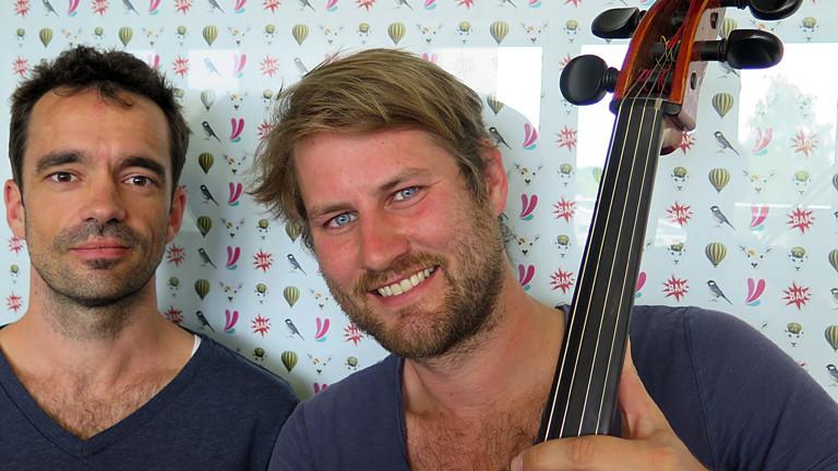 Zwei Männer mit einem Cello