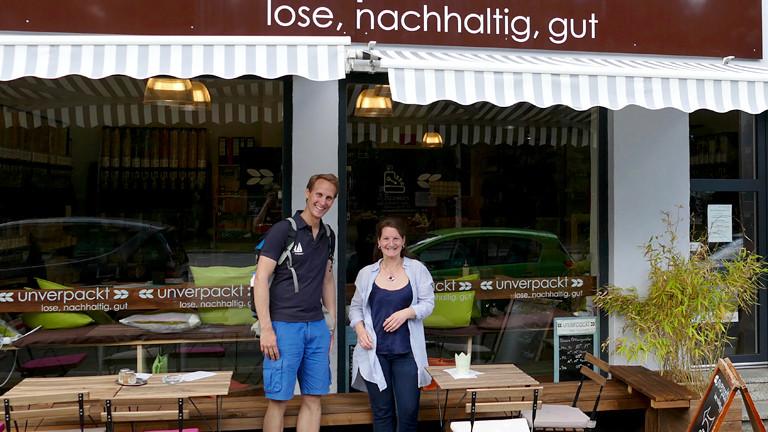 Mann und Frau vor einem Geschäft