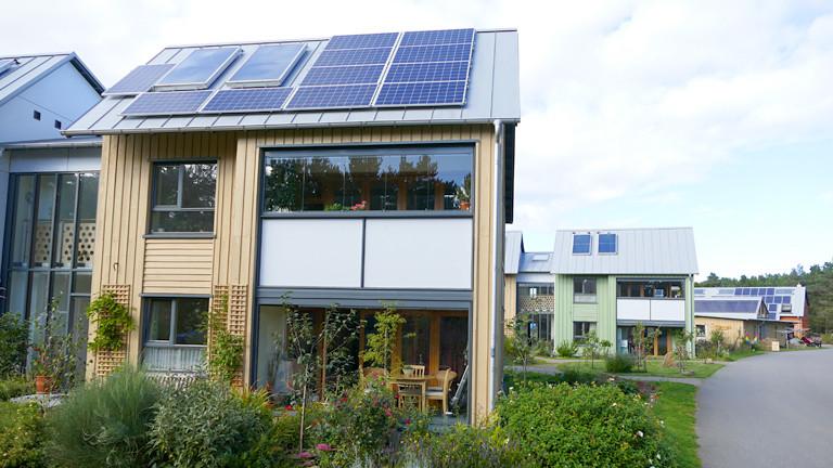 Kleine Häuser mit Photovoltaik auf dem Dach.