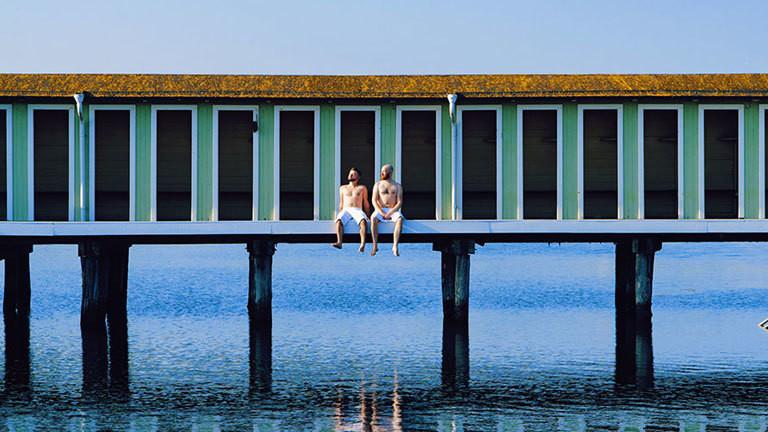 Zwei Männer vor einer Sauna