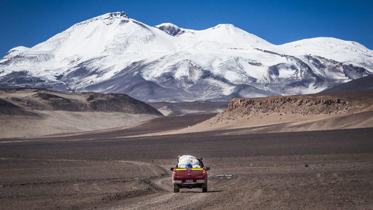 Mit dem Auto unterwegs zu den verschneiten Gipfel eines Vulkans.
