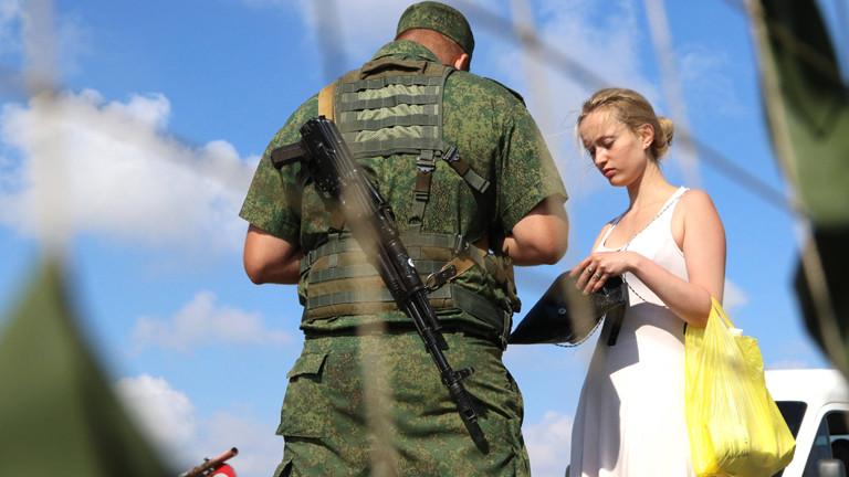 Junge Frau an der ukrainisch-russischen Grenze zur Krim.